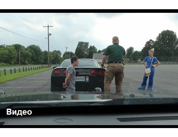 Этого парня остановил полицейский и приказал ему встать на колени. Потом сказал девушке выйти из машины. Дальше случилось нечто неожиданное!