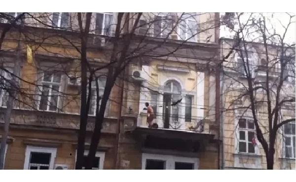 ВИДЕО: Муж внезапно вернулся из командировки. И застал жену...