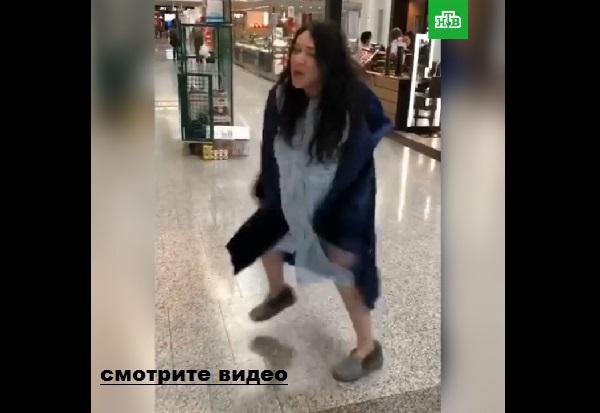 Безумная Лолита напилась, или свихнулась окончательно? Видео в аэропорту.