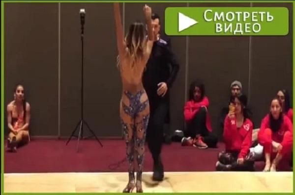 Мужчинам лучше не смотреть танец танцовщицы в этом наряде. Завораживающие зрелище.