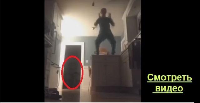 Девушка снимала свой танец на камеру. После просмотра записи, она увидела нечто!