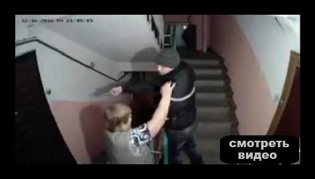 Это видео с камеры наблюдения в подъезде взорвало интернет.